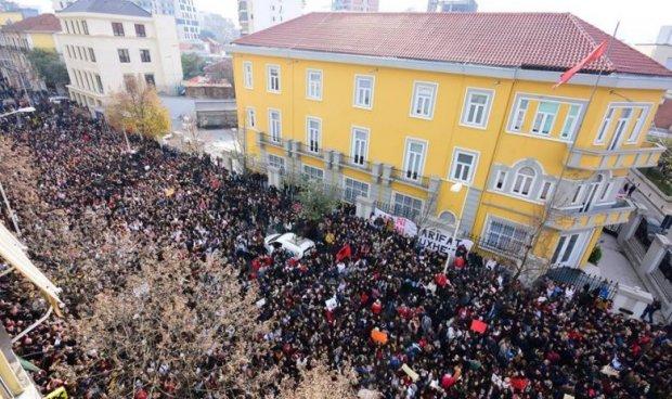 Студентите во Албанија од денес почнуваат нови протести