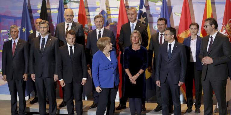 Меркел сакала да го награди Заев, Макрон го истурил бокалот со ладна вода