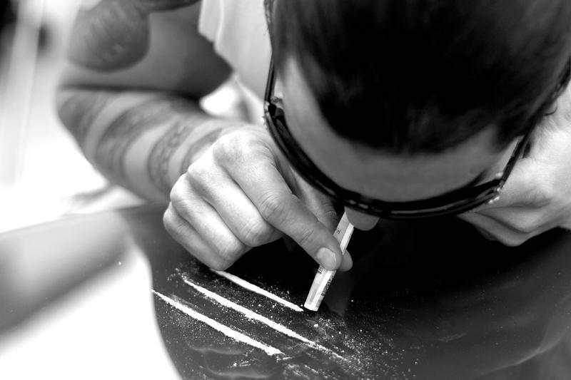 """Политичари, музичари, адвокати, актери – кои славни """"паѓале"""" заради дрога?"""