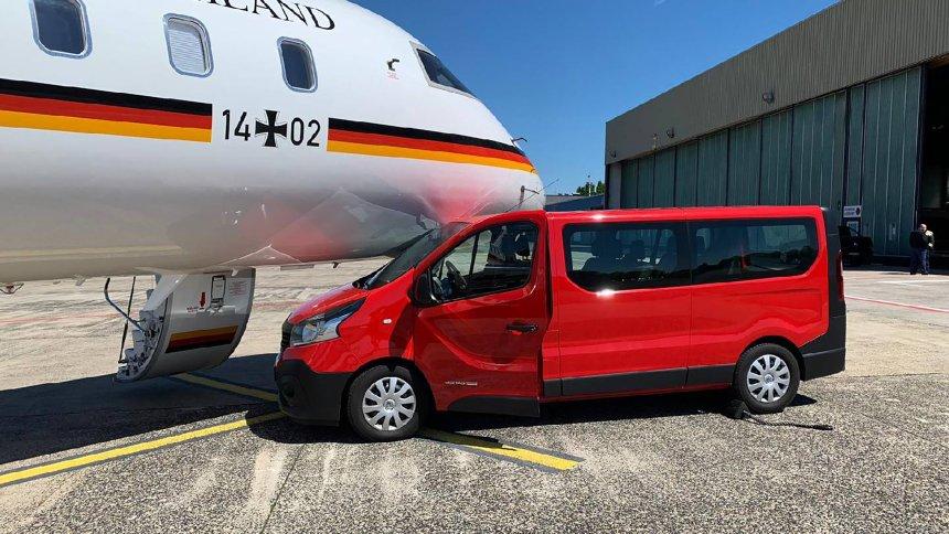 Комбе удри во авионот на Меркел на аеродром во Дортмунд