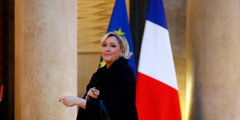 Ле Пен го претрка Макрон во анкетите
