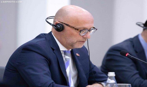 Стратегот на Меркел предлага преодна влада во Албанија