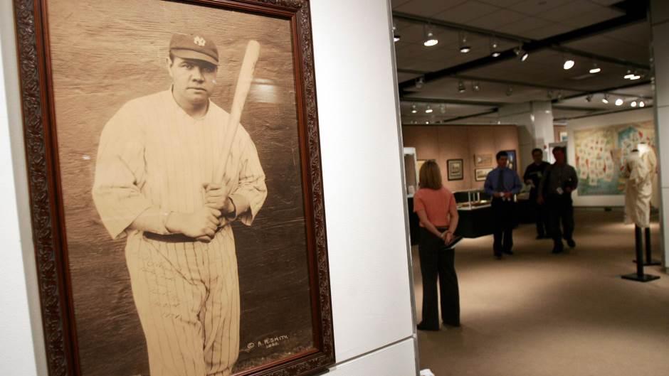 Дресот на бејзбол легендата Бејб Рут продаден за 5,6 милиони долари