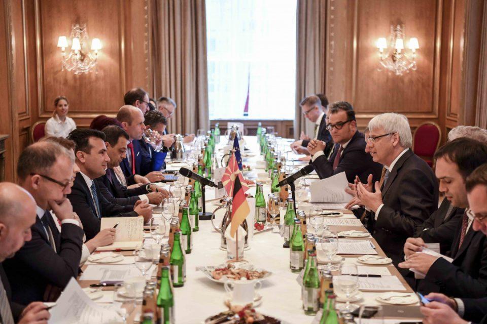 Имаме поволни услови за инвестирање им порачаа Заев и Анѓушев на германските бизнисмени