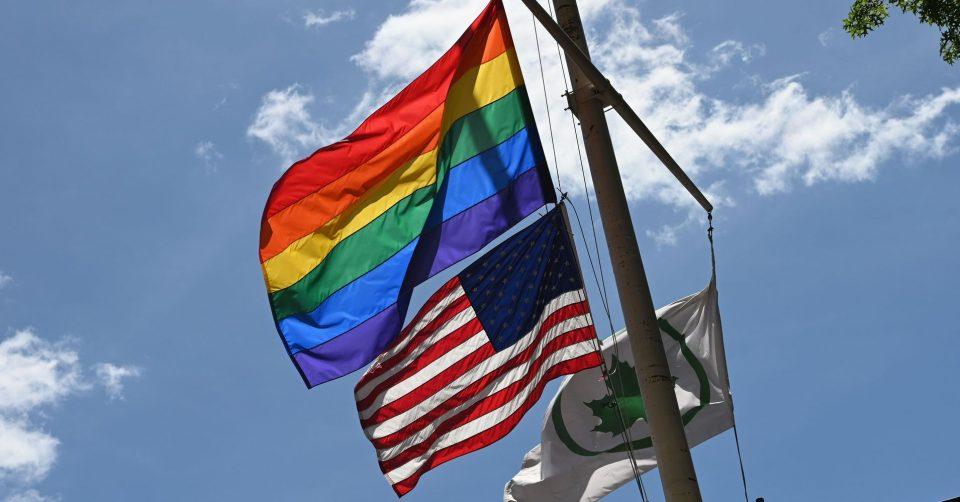 ЛГБТ знамето не смее да се вее на јарбол заедно со американското на амбасадите на САД