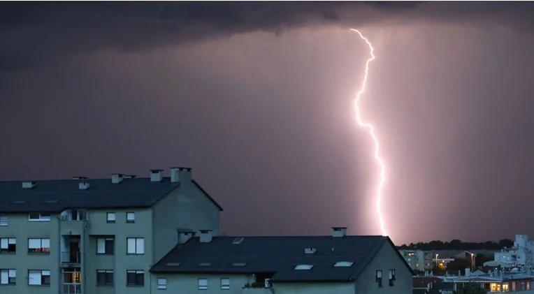 Еден повреден кога гром ја запалил неговата куќа во Загреб
