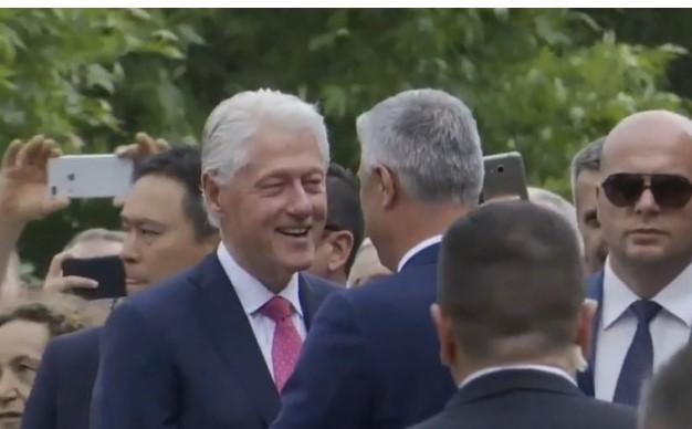 Клинтон добил половина милион евра за да дојде на Косово за прославата? (ВИДЕО)