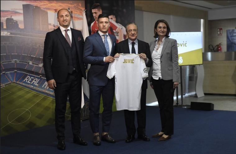 Јовиќ во Мадрид доаѓа со својата најголема поддршка во животот – девојката и новороденото синче (ФОТО)