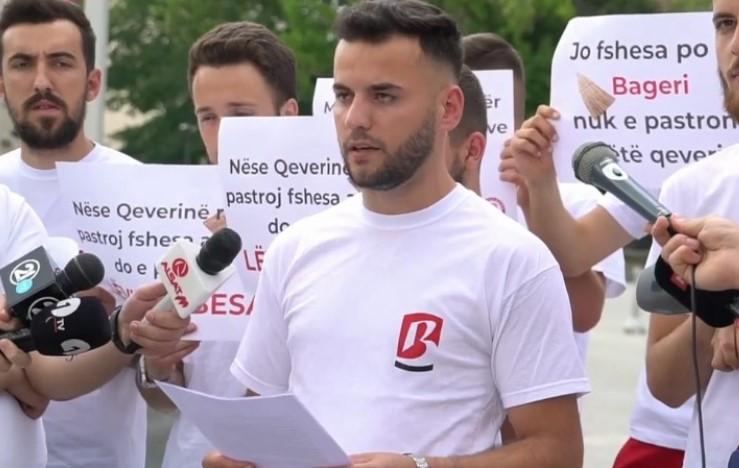 Младите на Беса оставија дршка од метла пред Владата (ВИДЕО)