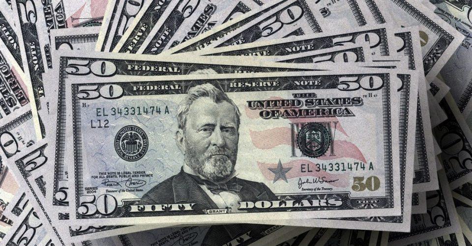 Осуммина фалсификувале долари, а четворица вработени во банка ги откупувале