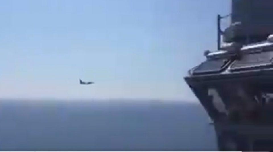 "Руски авион ""Су-24"" прелета над носач на авиони на НАТО (ВИДЕО)"