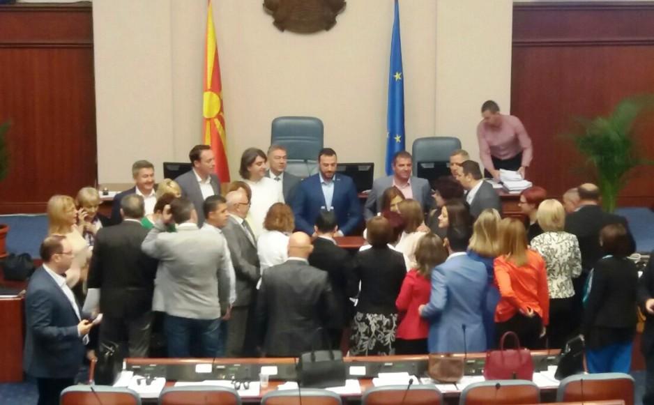 Собранието ги констатираше оставките на Богоевски и Груевски