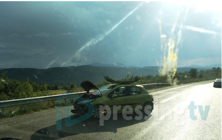 Кај тунелот во Катланово: Судир на Пежо со белградски таблички и камион (ФОТО)