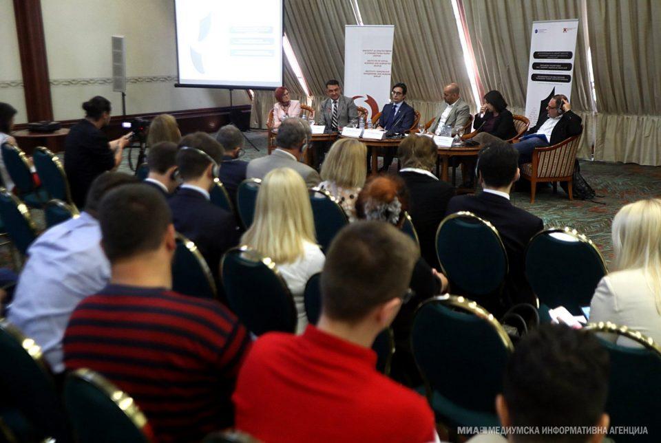 Македонското општество е длабоко поделено, мора да се научиме на дијалог