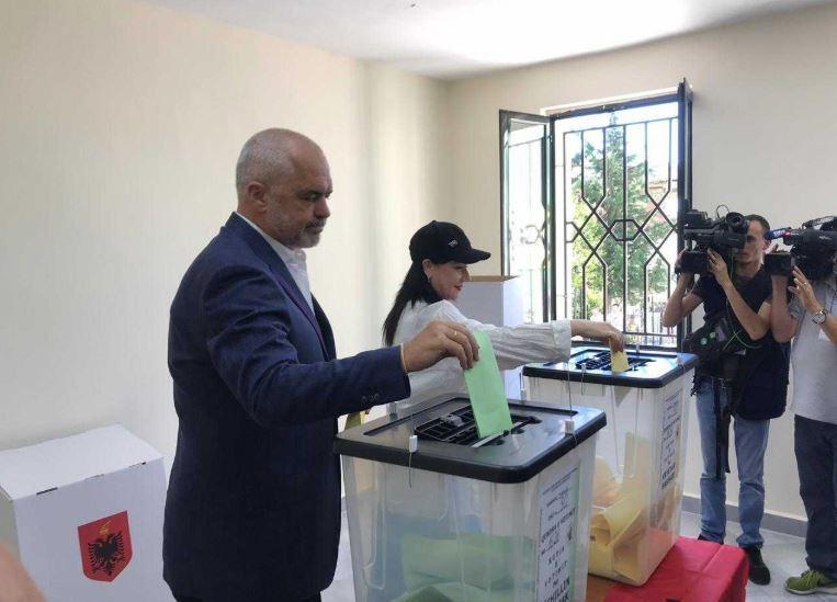 Стајлингот на Еди Рама за гласање – опозицијата бојкотира, премиерот во бермуди (ВИДЕО)