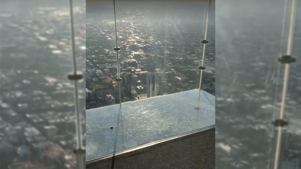 На највисоката зграда во Чикаго пукна стаклото на балконот(ВИДЕО)