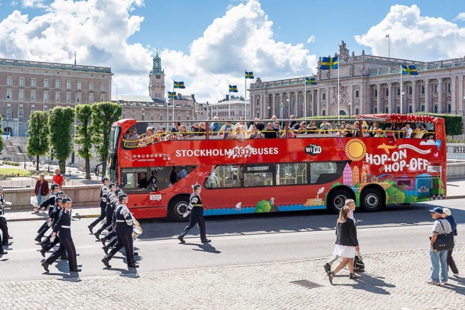 """Нашите се """"тепаат"""" за патни трошоци, а шведските политичари на работа одат со автобус"""