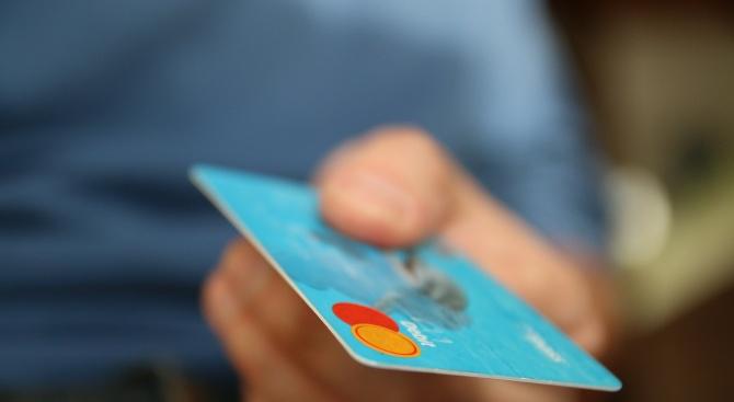 Гневна жена даде 5.000 долари бакшиш, ама  со кредитната картичка на нејзиното момче