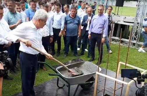 Али Ахмети удри лопата во темелникот на новата трибина на Чаир (ВИДЕО)