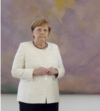 """""""Жената која трепери"""": Mеркел на одмор ќе ја чита оваа книга (ФОТО)"""