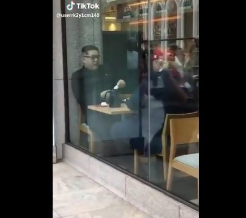 Трамп и Ким јадат фаст фуд во ресторан (ВИДЕО)