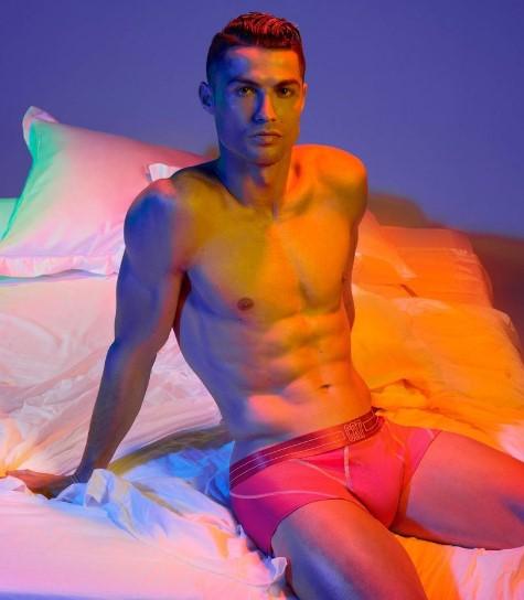 Рај за женски очи: Роналдо соблечен само во боксерици (ФОТО)