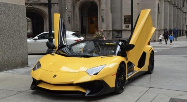 Се продавале за 50.000 долари: Пронајдена фабрика за лажни Ферари и Ламборгини