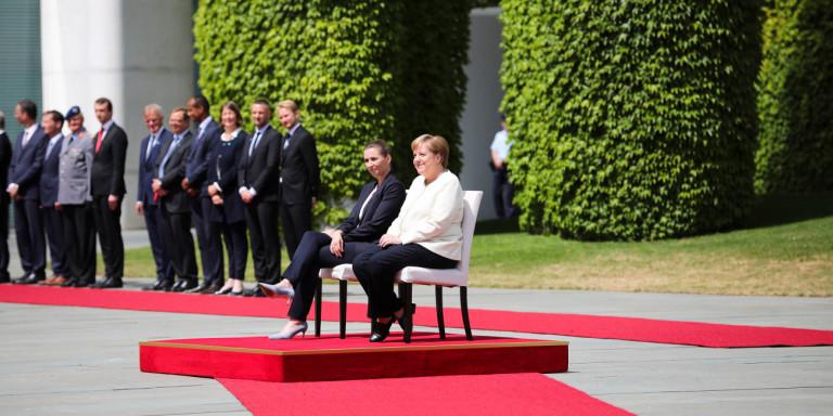Заради треморот Меркел седеше додека се свиреше химната (ВИДЕО)
