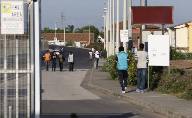 Салвини го затвори најголемиот мигрантски камп на Сицилија (ФОТО)
