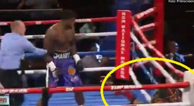 Каков нокаут: Oд силината на ударот испадна од рингот (ВИДЕО)