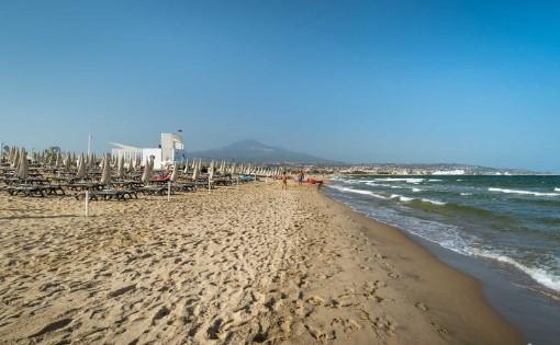 Туристите влегувале во морето за да се спасат: Голем пожар на Сицилија