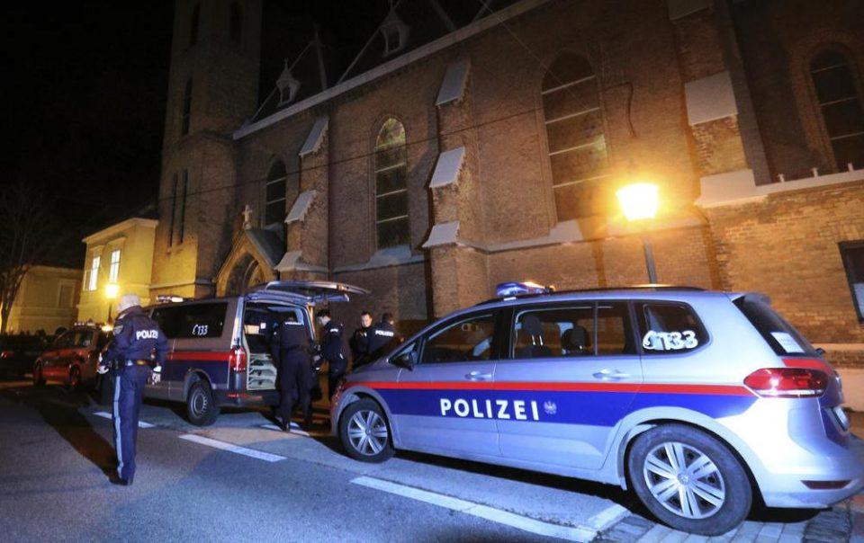 Србинка направи хаос во Виена: Истепала момче и полицаец додека 20 момчиња ја бранеле