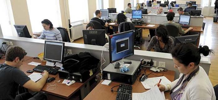 Хоџа: Враќањето на целата администрација на работа од 1 февруари е само предлог, не е одлука