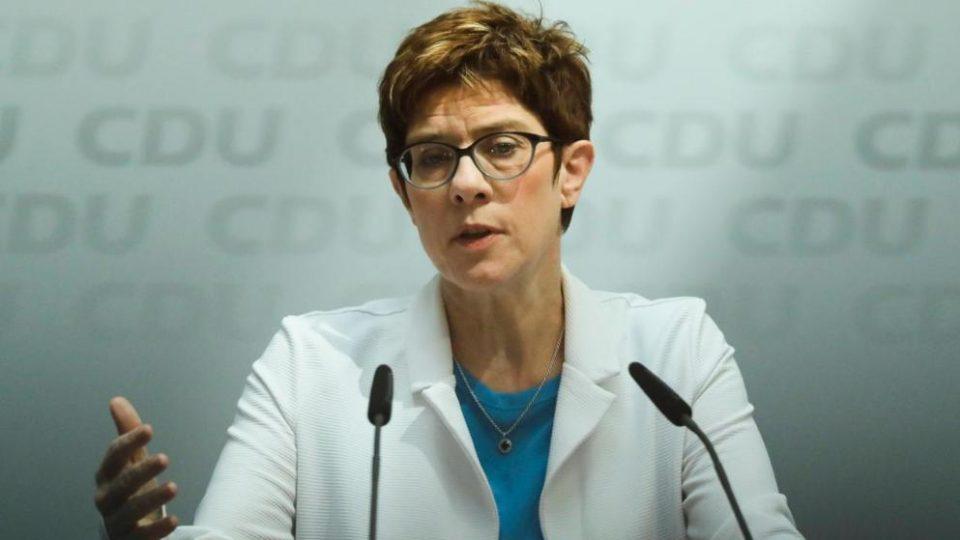 Лидерката на ЦДУ Каренабуер е нов министер за одбрана
