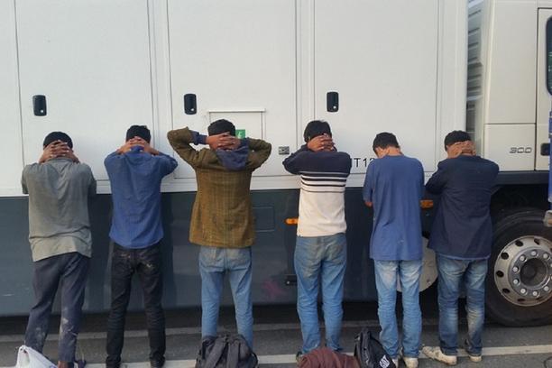 Пронајден камион полн со мигранти, возачот во бегство