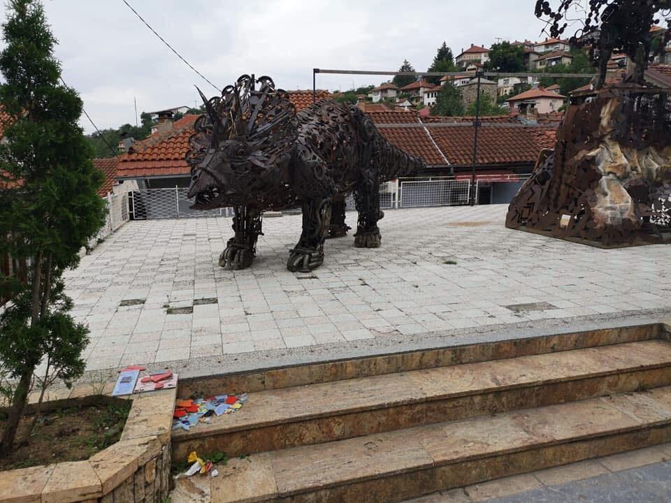 Во градот на кулите и мостовите се појавија диносауруси (ФОТО)