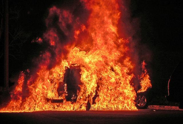 Возило со мигранти удрило во камион и се самозапалило