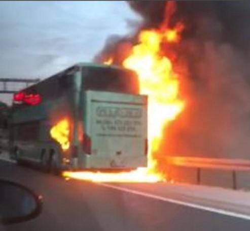 Среде автопат: Се запали автобус во Хрватска (ФОТО)