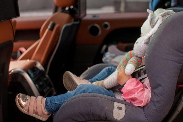 Децата оставени сами во автомобил времено одземени од родителите (ВИДЕО)