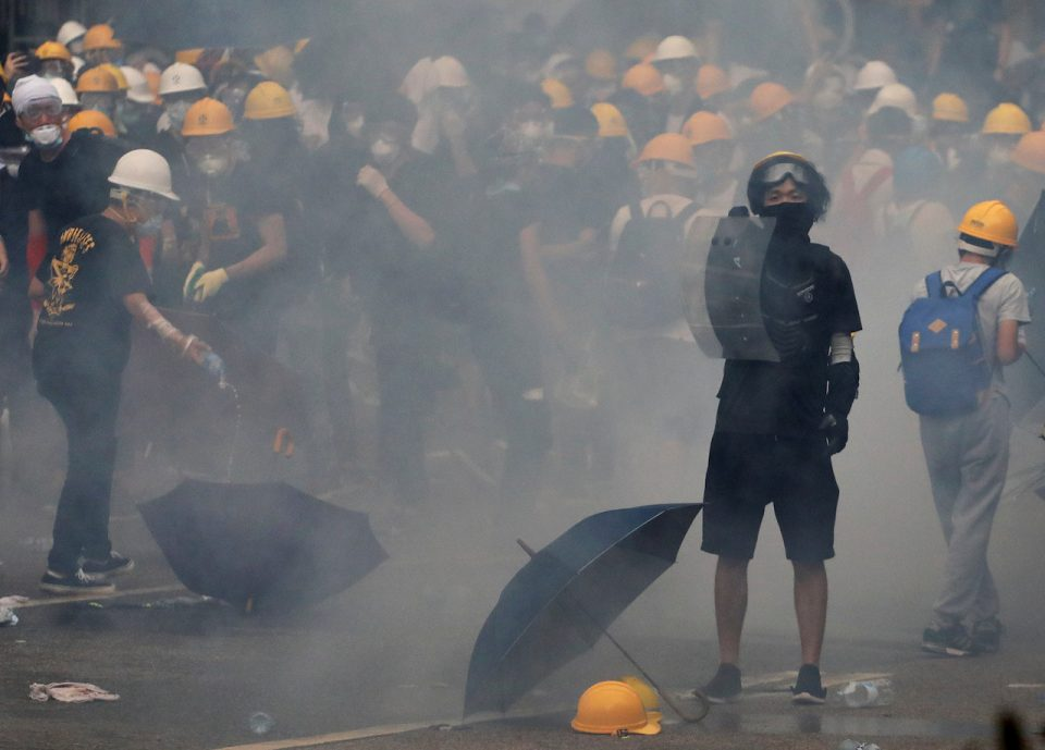Хаос во Хонг Конг – судири со полицијата и провладини собири
