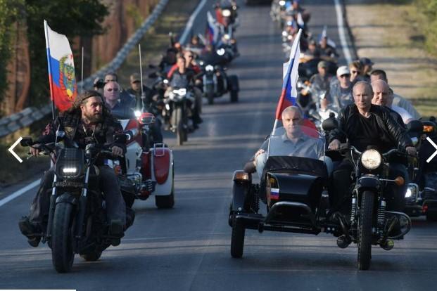 Путин влезе на Крим со мотоцикл (ВИДЕО)