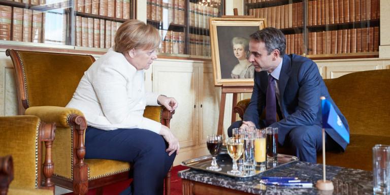 Ќе ја свитка ли кичмата Мицотакис пред Меркел за Преспанскиот договор?