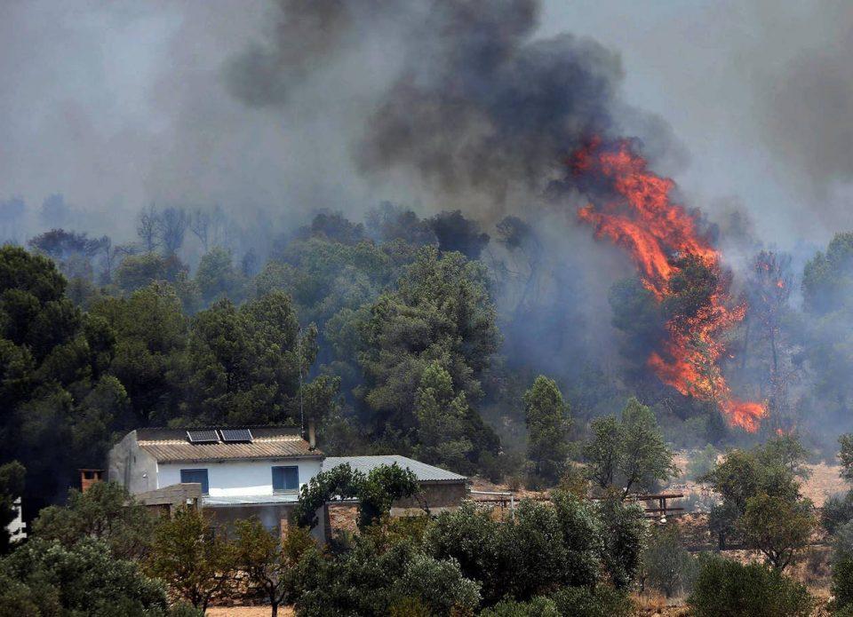Гори Гранд Канарија, стотици туристи принудени на евакуација (ФОТО)