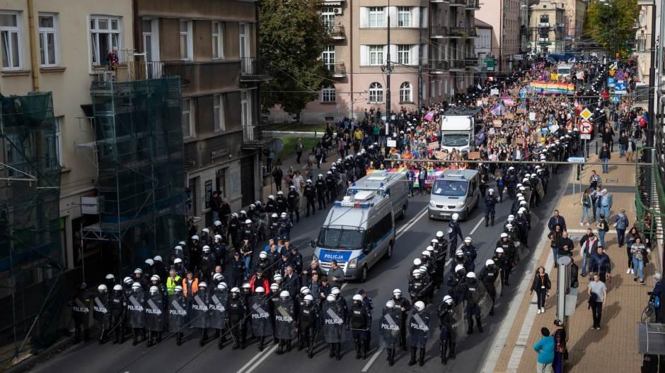 Полската полиција со интервенција ги спаси припадниците на ЛГБТ заедницата (ВИДЕО)