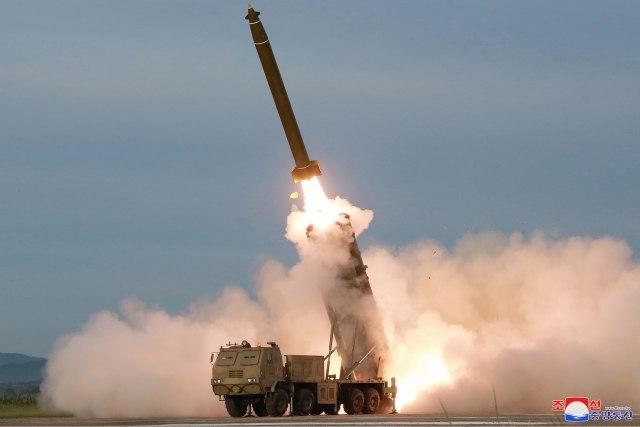 Северна Кореја повикува на дијалог додека лансира ракети