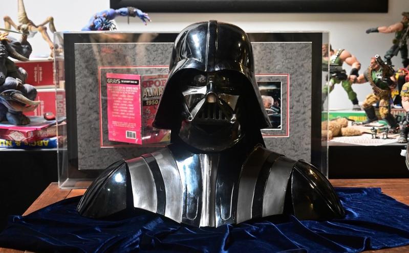 """Оригиналниот шлем на Дарт Вејдер од """"Војна на Ѕвездите"""" оди на аукција (ВИДЕО)"""