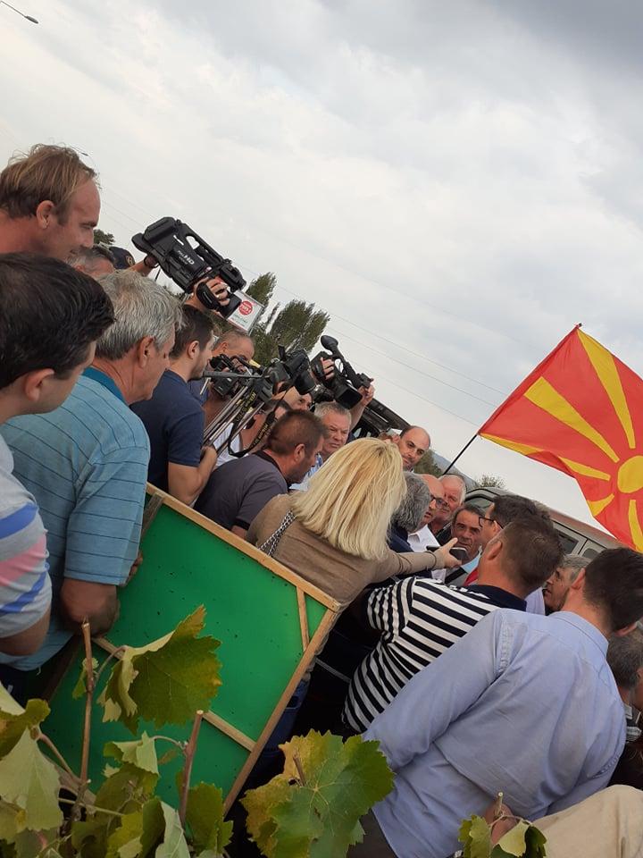 Оставка, оставка, извикуваа земјоделците до министерот Димковски на протестот кај Росоман (ВИДЕО)