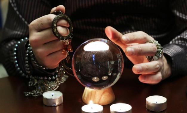 Лековерни наседнале: Гатачка во Србија ги терала да и го дадат накитот на чување за да успее магијата