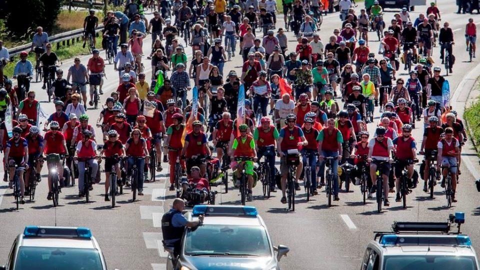 Демонстранти блокираа автопат во Франкфурт за позелени сообраќајни политики