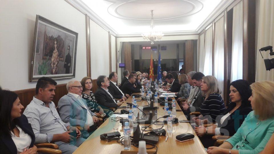 Исклучени камери во салата, а пратениците без мобилни – седница за разрешување на Јанева
